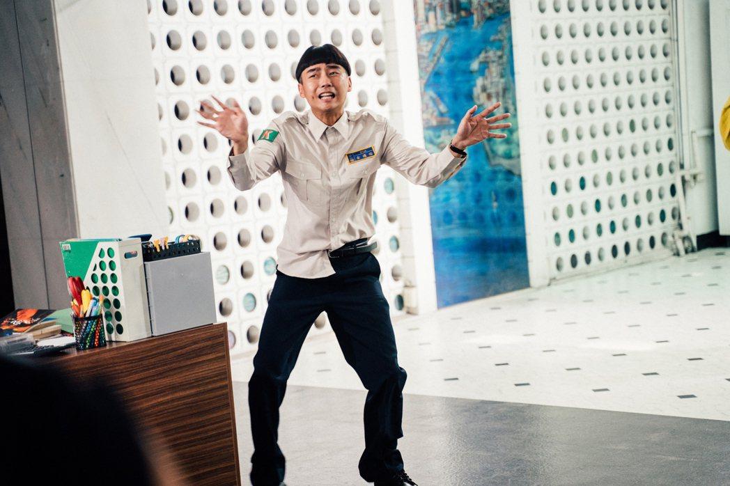 大鶴演活替代役男,在片中成笑點之一。圖/華映娛樂提供