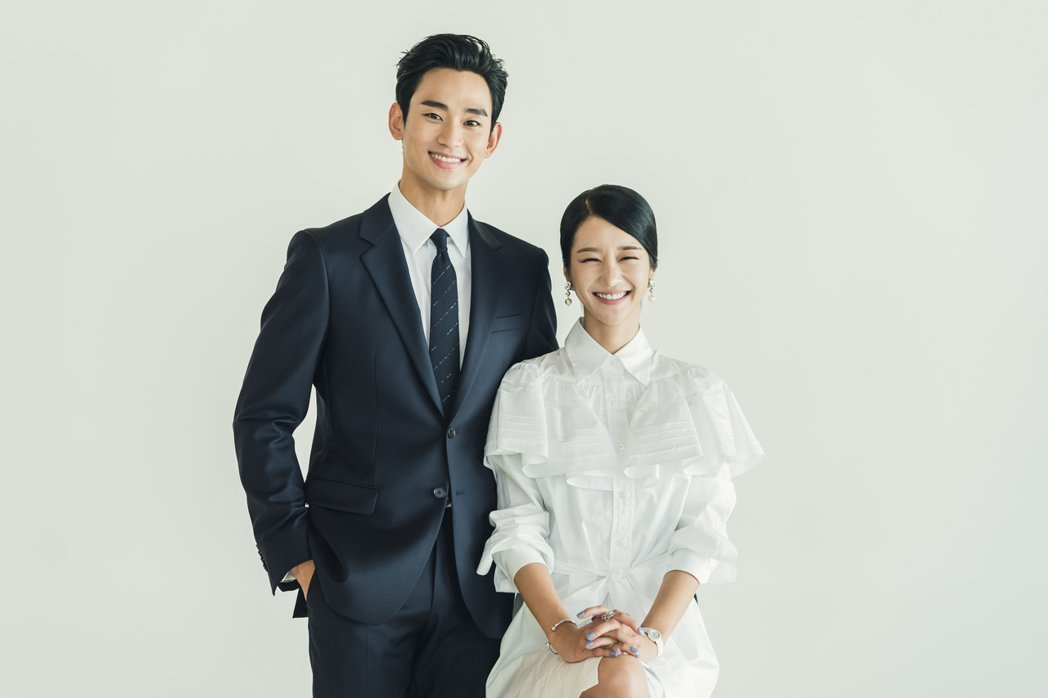 金秀賢和徐睿知為劇拍攝沙龍照。圖/Netflix提供