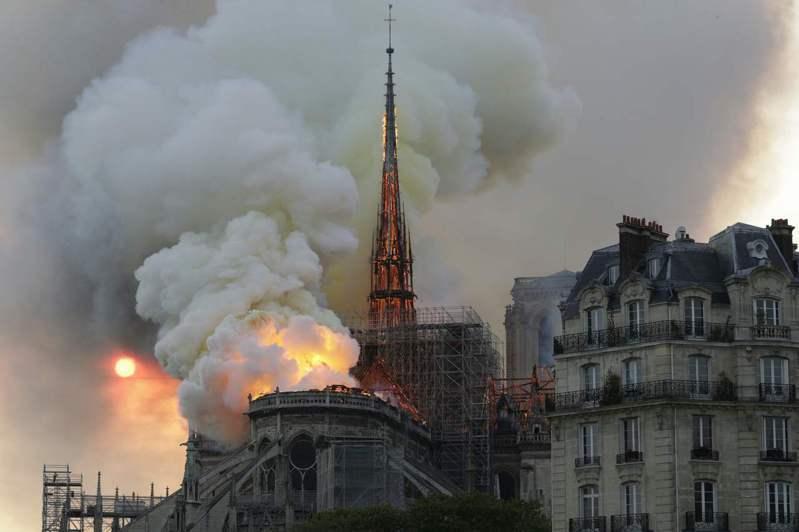 巴黎聖母院去年4月15日發生大火,當時許多人擔心,塔尖建材中含有460噸鉛,會隨著大火灰燼形成健康危機。法新社
