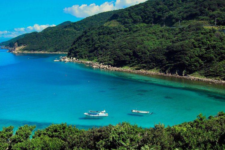 柏島因水域清澈,因此船隻彷彿漂浮在空中而聞名。圖/日本高知縣提供