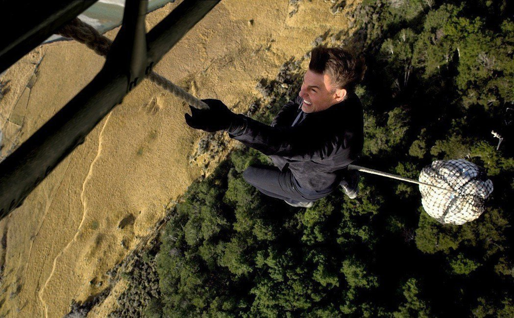 湯姆克魯斯在「不可能的任務:全面瓦解」中再度挑戰超高困難度拍攝畫面。圖/UIP提...