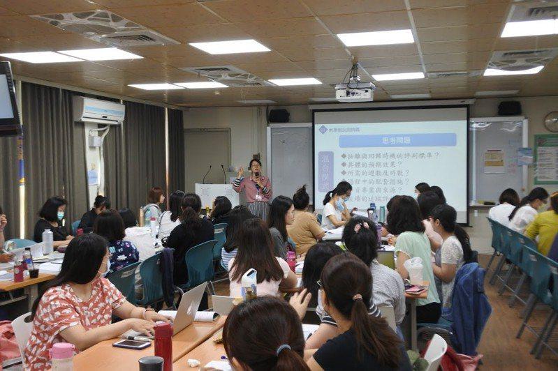 教育部利用寒暑假辦理師資專業培訓,設置數位學習平台,建立跨國銜轉學生教學與行政長期的支持系統。圖/教育部提供