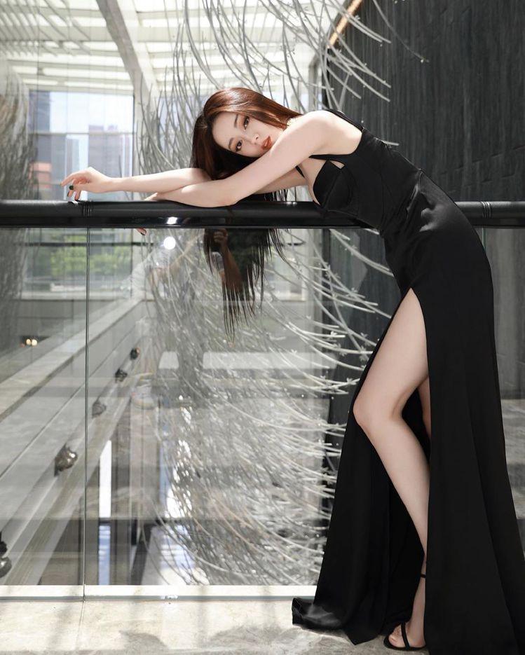 迪麗熱巴身穿一襲黑色長禮服配Stuart Weitzman的黑色極細繫帶高跟涼鞋...