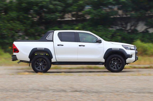 換裝新式18吋黑色輪框,車側輪拱、後視鏡外蓋、車門把手、後車斗飾桿(雙色)等處導...