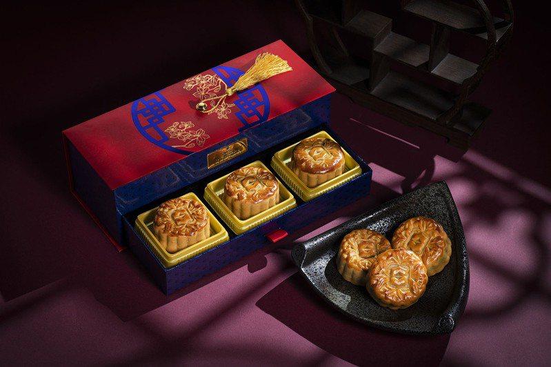 香格里拉飯店推出台北、台南限定款「南北映月」月餅禮盒,搶攻中秋節月餅市場。圖/業者提供
