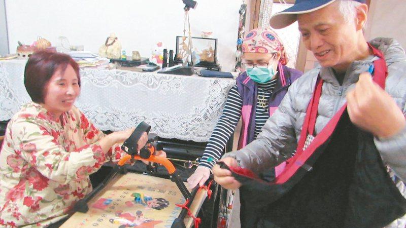 苗栗縣「金牌志工」施濿珠(左)因帕金森氏症行動不便,丈夫鄒春明(右)「發明」圍兜掛勾,方便她進食。 記者范榮達/攝影