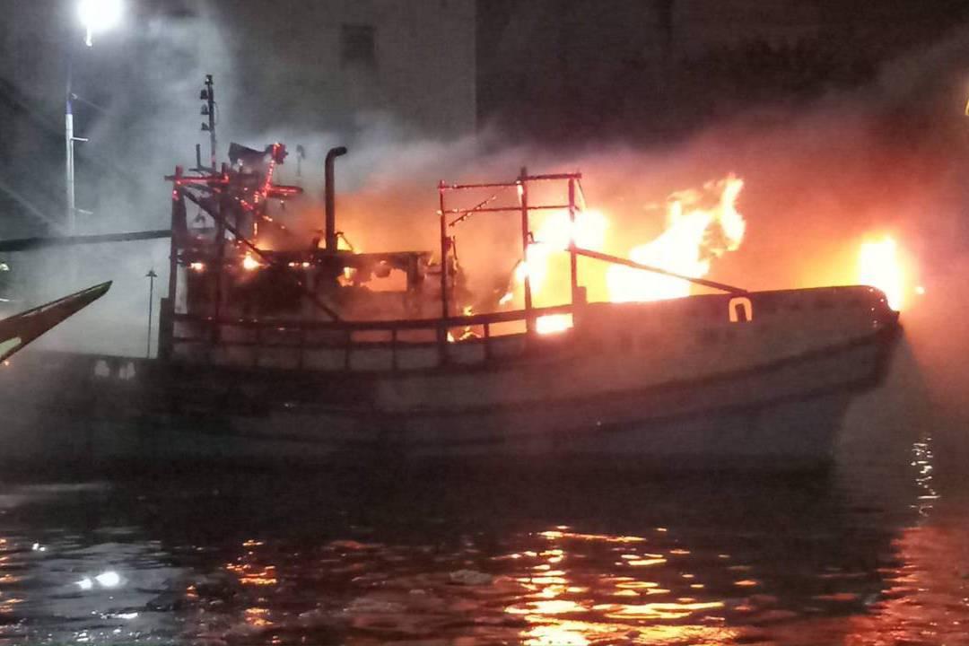 影/宜蘭南方澳驚傳火燒船並波及鄰船 搶滅火無人傷亡