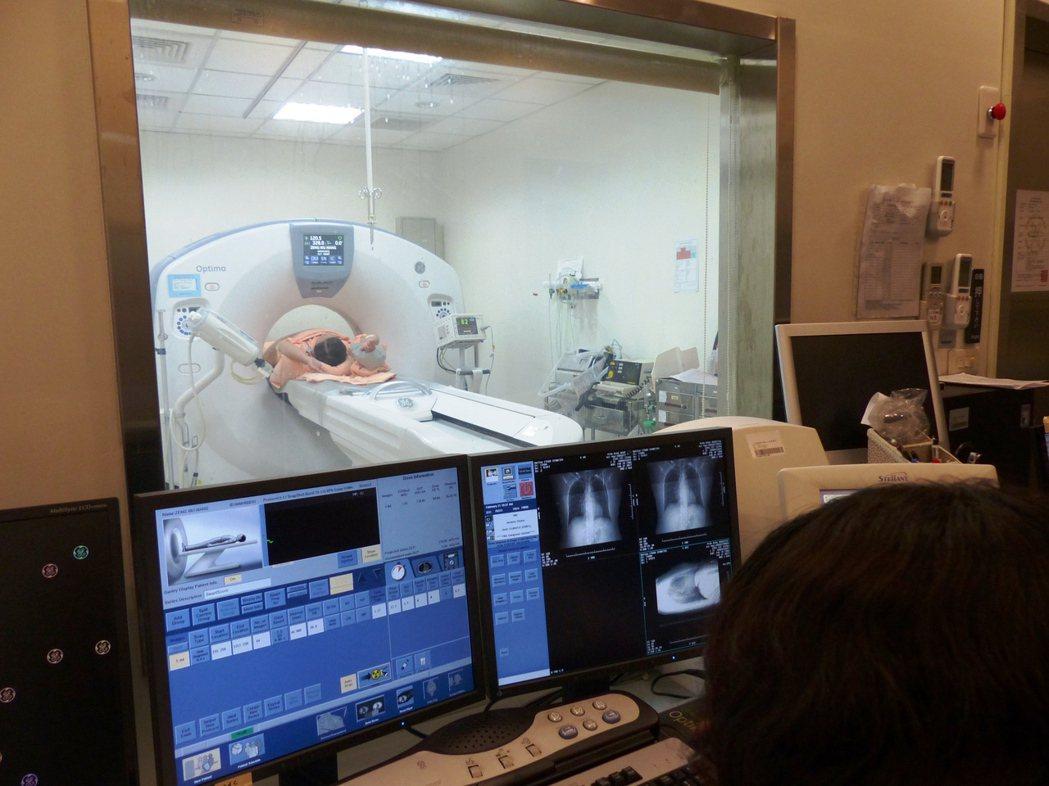 低劑量電腦斷層掃描可以掃到0.3公分的肺部結節,提早發現肺癌。本報資料照...