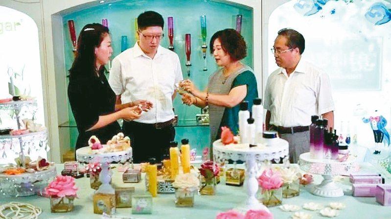 吳錫祺(右一)、曾文子(右二)夫妻潛心經營事業,著手把接力棒交給年輕一代。 圖/本報福建漳州傳真