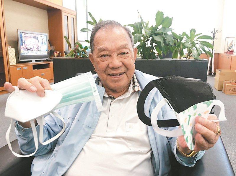 87歲的康那香公司董事長戴榮吉拿著自家研發生產的口罩,引以為傲。記者唐秀麗/攝影