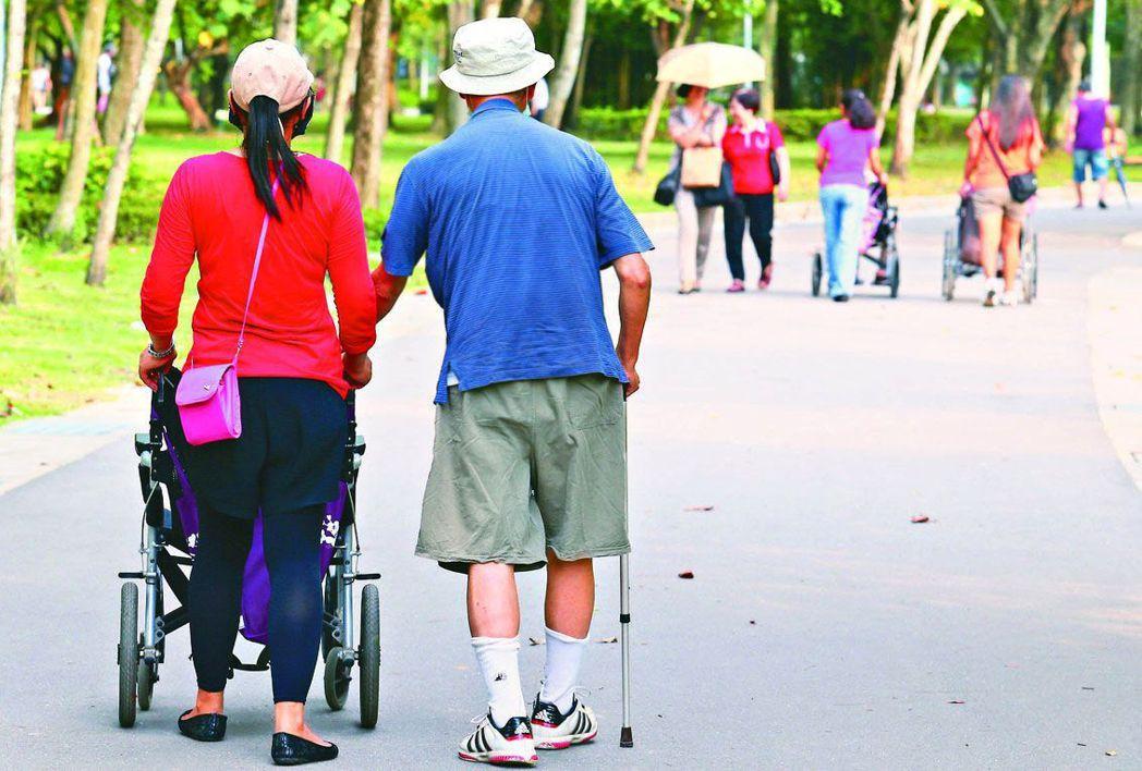 國人平均餘命八十點七歲,長壽伴隨而來的是長照問題。 圖/聯合報系資料照片