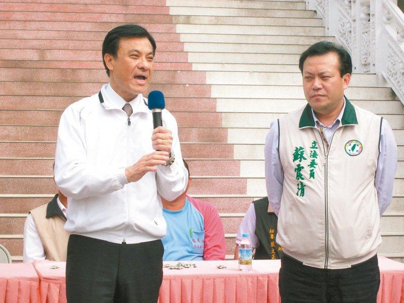 姪子蘇震清(右)涉賄,總統府祕書長蘇嘉全(左)請辭獲准。圖/聯合報系資料照片