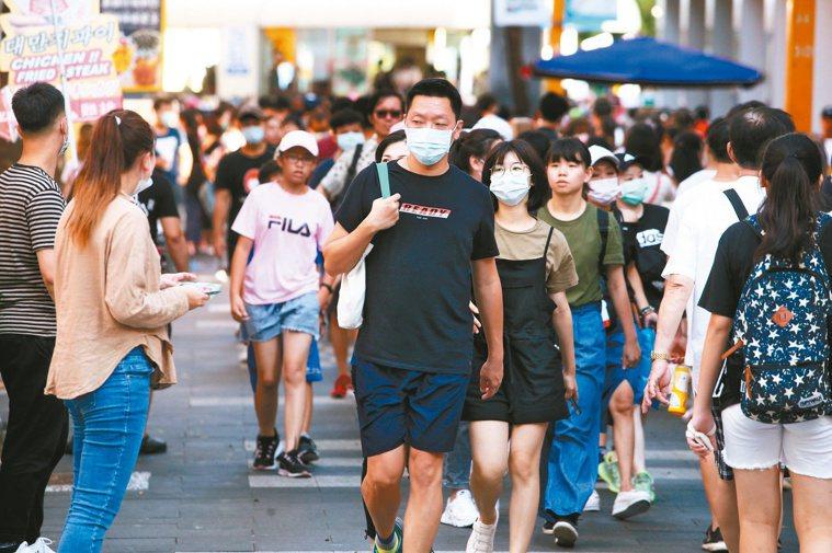 中央流行疫情指揮中心發言人莊人祥表示,口罩實名制到年底,「保證都可拿到需用的量」...