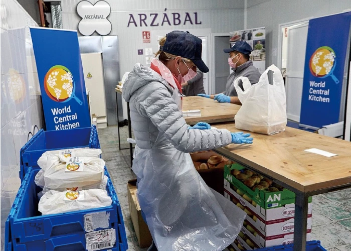 世界中央廚房與馬德里當地餐飲集團Grupo Arzábal合作,於市政府提供的餐...
