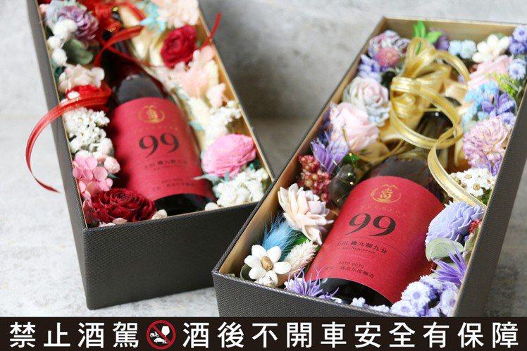 以「土田・生酛純米 麹九割九分」為主角的情人節禮盒,共有兩種款式,售價均為3,3...