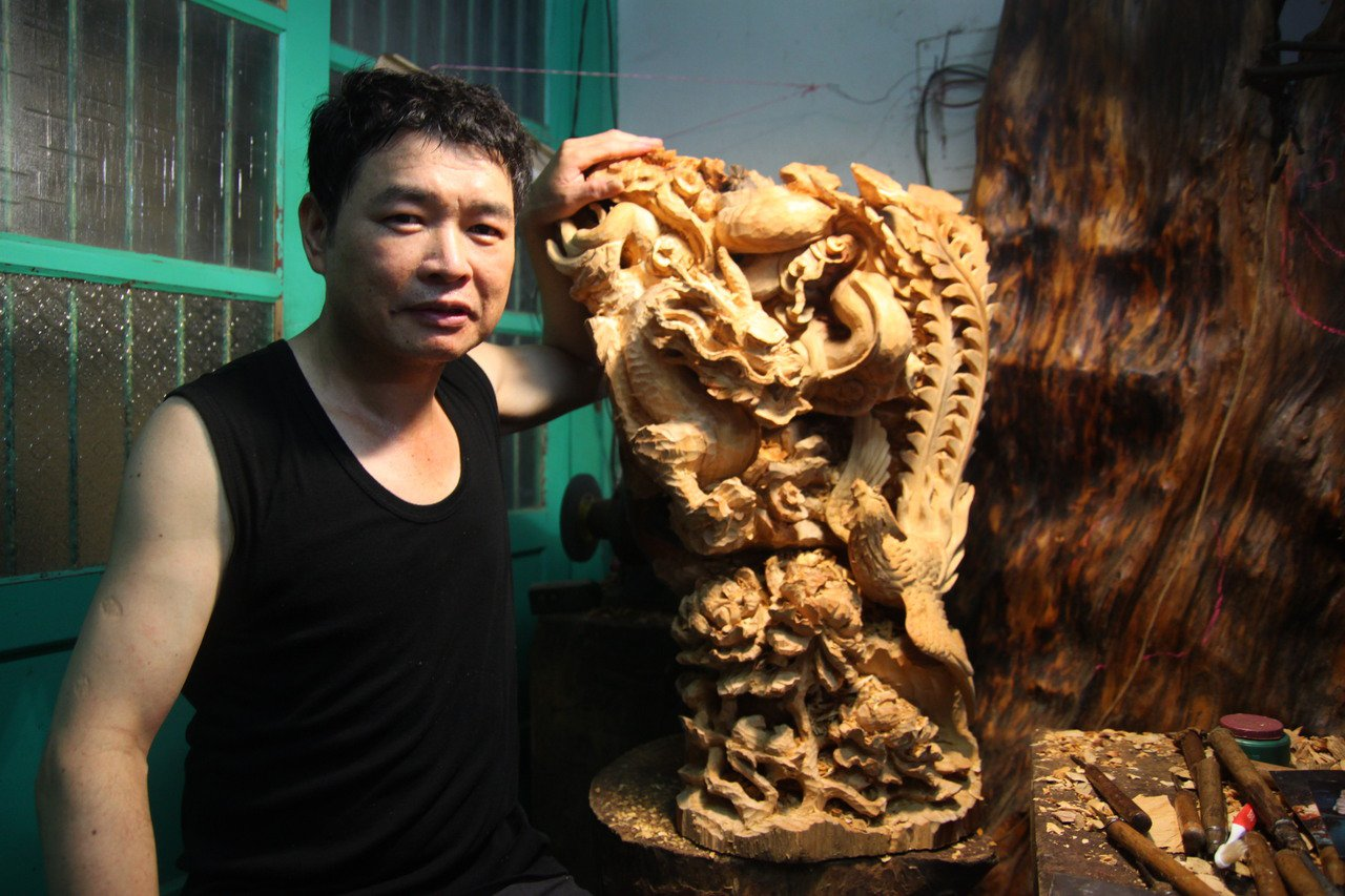 新竹市木雕師傅蔡啟輝雖然瘖啞,但手藝一流,擅長雕龍、鳳,不少顧客都慕名而來。 圖...