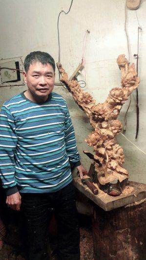 蔡啟輝憑著自已的雙手,靠著不斷練習與琢磨,淬鍊出一流的雕刻技術,以栩栩如生的龍、...
