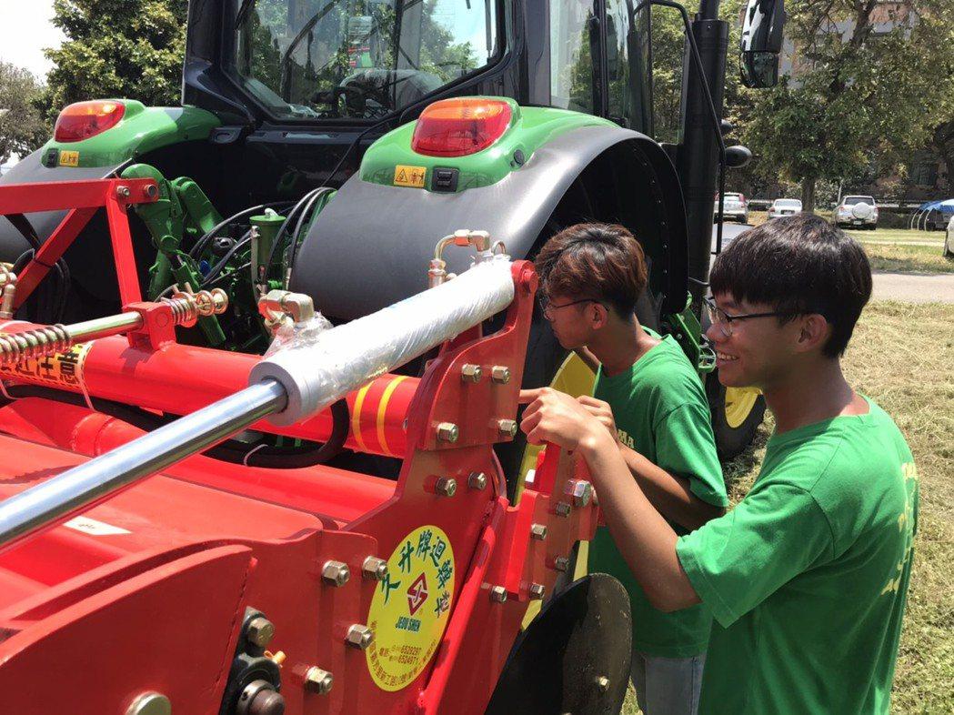 學生開學後學習操作最先進的農機具的課程。 明道大學/提供。