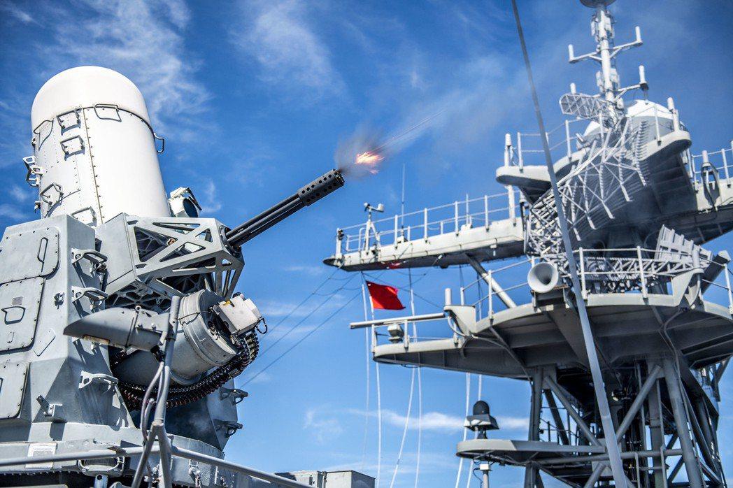 船艦近迫防禦系統的方陣快砲,當用到這一手段表示外圍防禦皆被突破。 圖/美國海軍