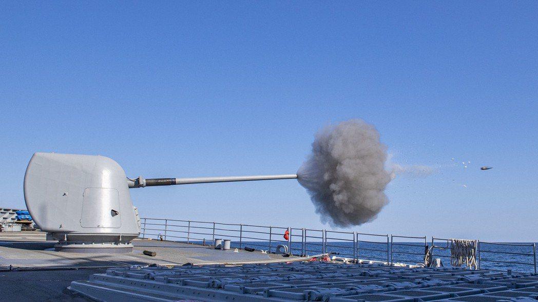 反艦飛彈的發展,讓未來海戰中艦砲角色式微。圖為正在發射Mark 45五吋艦砲的美國海軍飛彈巡洋艦諾曼地號。 圖/美國海軍