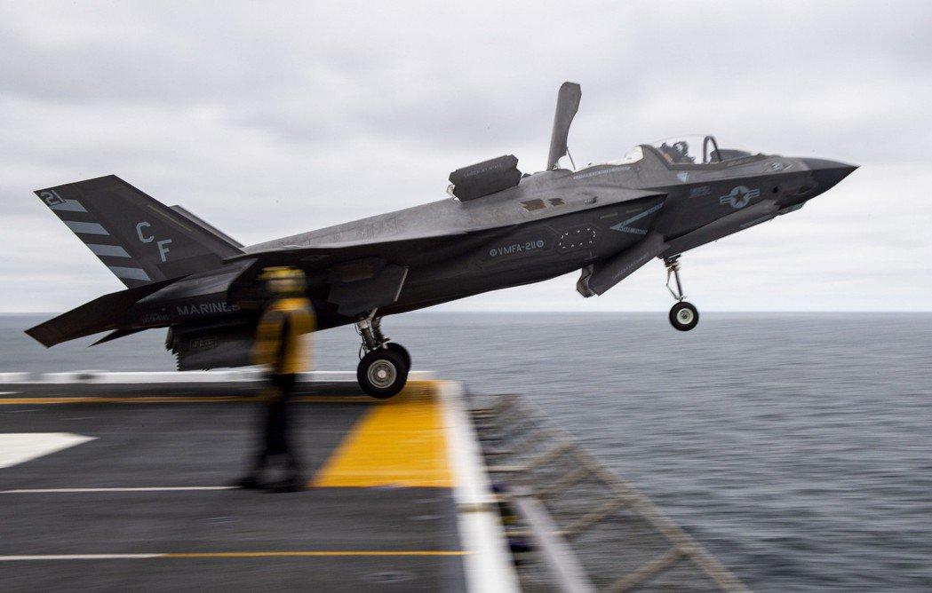 從埃塞克斯號(LHD-2)起飛的F-35B,如今美國海軍兩棲突擊艦帶領的作戰群有效分擔了原本航艦的攻擊任務。 圖/美國海軍