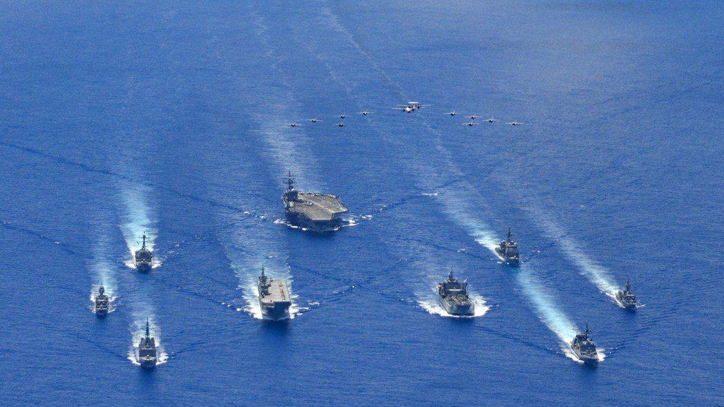 澳大利亞海軍的坎培拉號兩棲攻擊艦與美國海軍雷跟號共同演習,未來台灣也會面對中共航艦打擊群的威脅。 圖/美國海軍