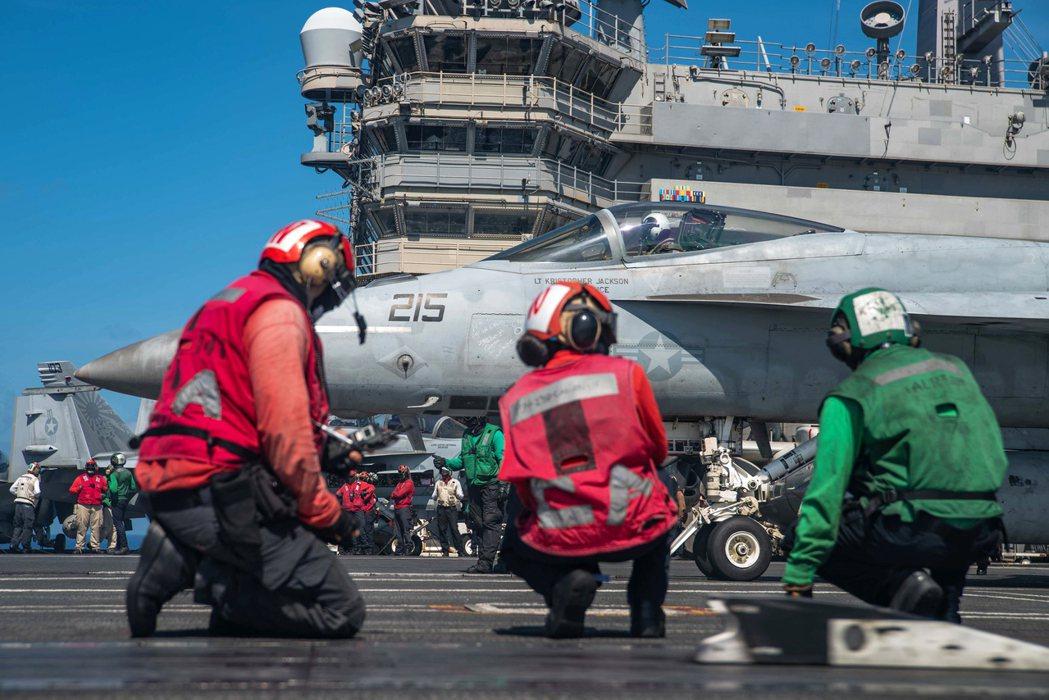 部署在菲律賓海的雷根號航空母艦F/A-18E正在進行彈射前檢查。 圖/美國海軍