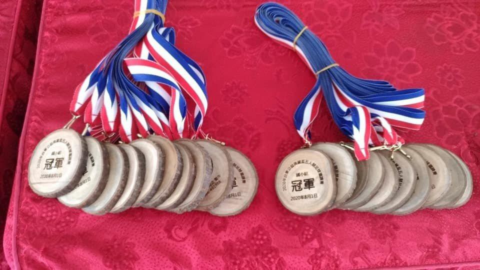 獎牌則由綠色冀泉以豐里國小校園落枝樟樹製作而成。 臺東大學育成中心/提供。