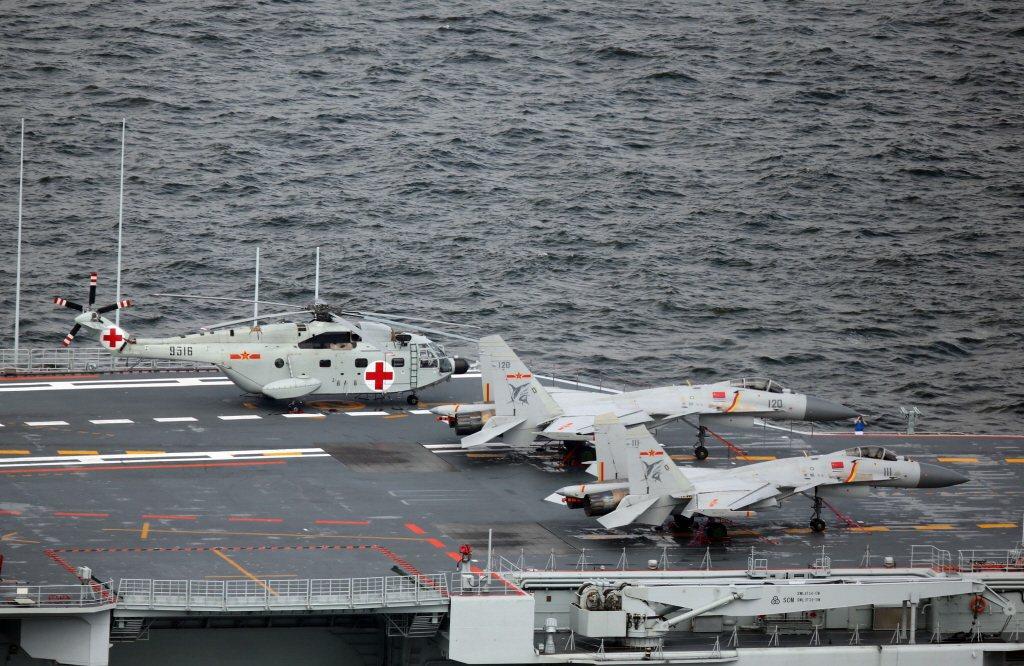 共軍遼寧號航艦,甲板上為遼寧號艦載機殲-15。 圖/中新社