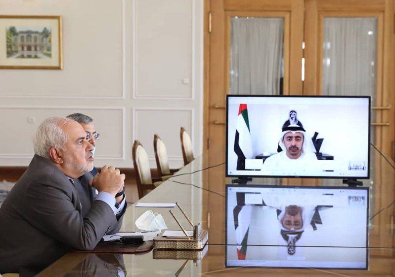 伊朗外長札里夫(左)與阿聯酋外長阿布杜拉近日頻繁開會,討論區域局勢與新冠肺炎疫情發展。 歐新社