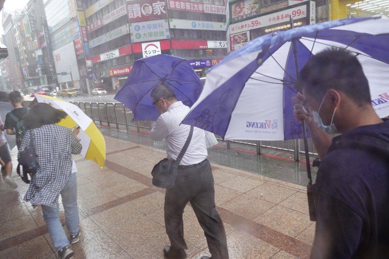 哈格比颱風的影響下,台北行人被強風大雨襲擊,狼狽不堪。記者季相儒/攝影