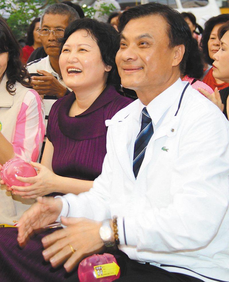 蘇嘉全(右)黯然辭官,蘇妻洪恆珠(左)為夫抱屈。 圖/聯合報系資料照片