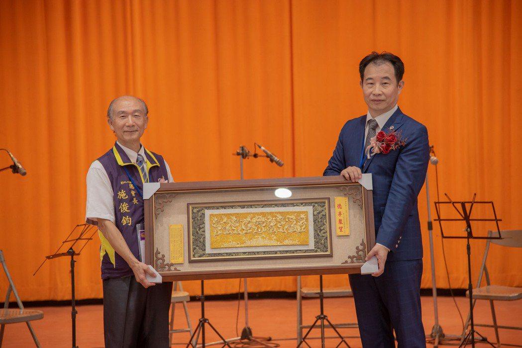 第八屆校友總會長施俊鈞(左)代表校友總會致贈匾額予新任總會長許有杉。嘉藥/提供