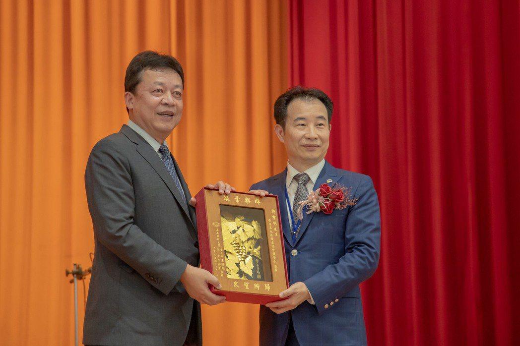 嘉藥校長李孫榮(左)代表學校致贈禮品予新任總會長許有杉。 嘉藥/提供