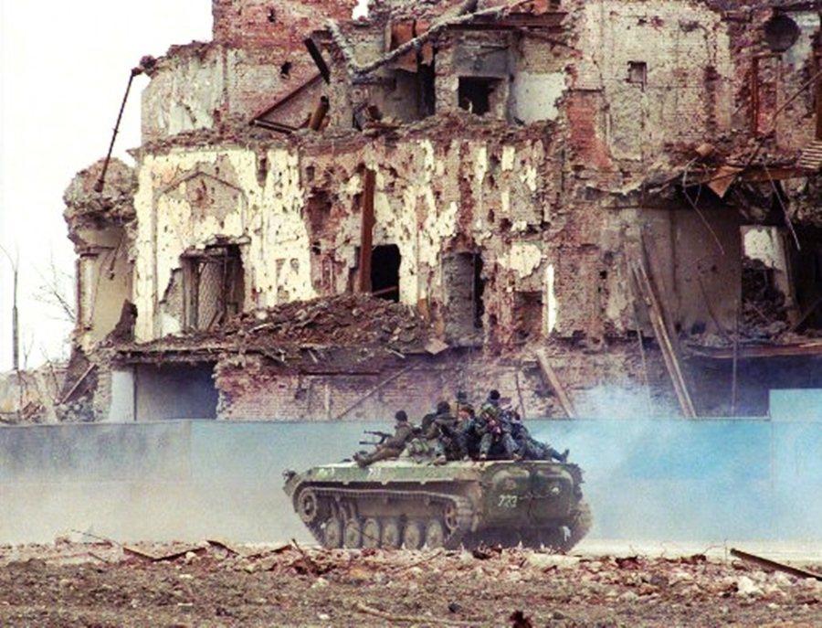 圖為1996年,俄軍巡守車臣首都。這場戰爭在 1996 年以車臣勝利告終,但共和...