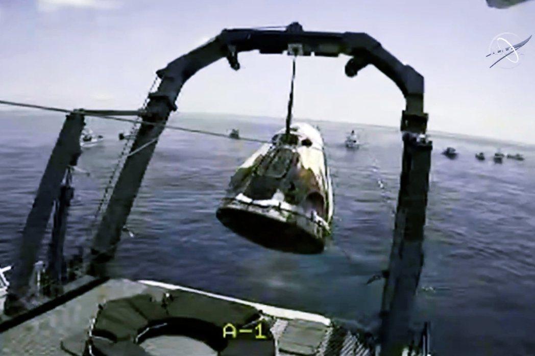 美東時間2日下午2點48分,SpaceX的「飛龍奮進號」成功以濺落海面的方式,降...