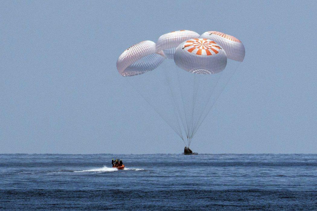 太空艙透過4個巨大降落傘,如海中水母一般飄盪入海的壯闊歷史一刻,也讓國際媒體屏息...