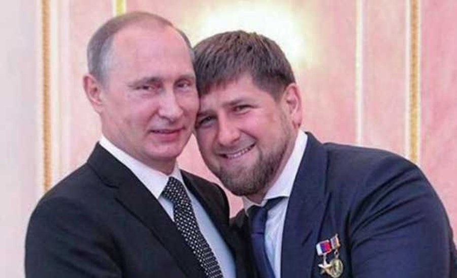 1999 年,老卡迪羅夫決定倒戈投向曾經的敵人——莫斯科的懷抱裡,在同年爆發的「...