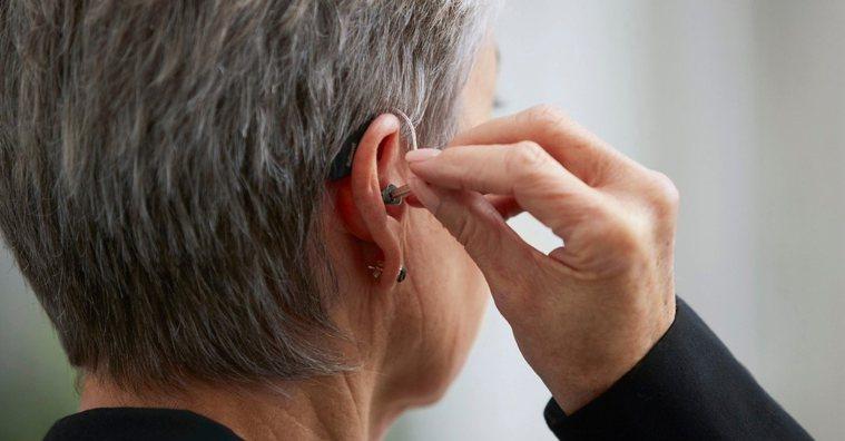 選配助聽器就像配眼鏡一樣,專業、客製化的服務是關鍵。 圖/巨泉助聽器 提供
