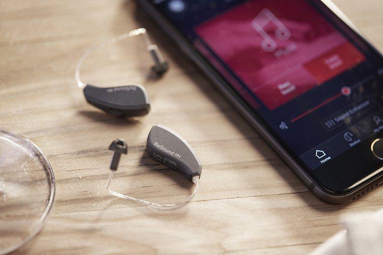 高科技穿戴式科技的助聽器比無線藍牙耳機還小,長輩接受度高。 圖/巨泉助聽器 提供