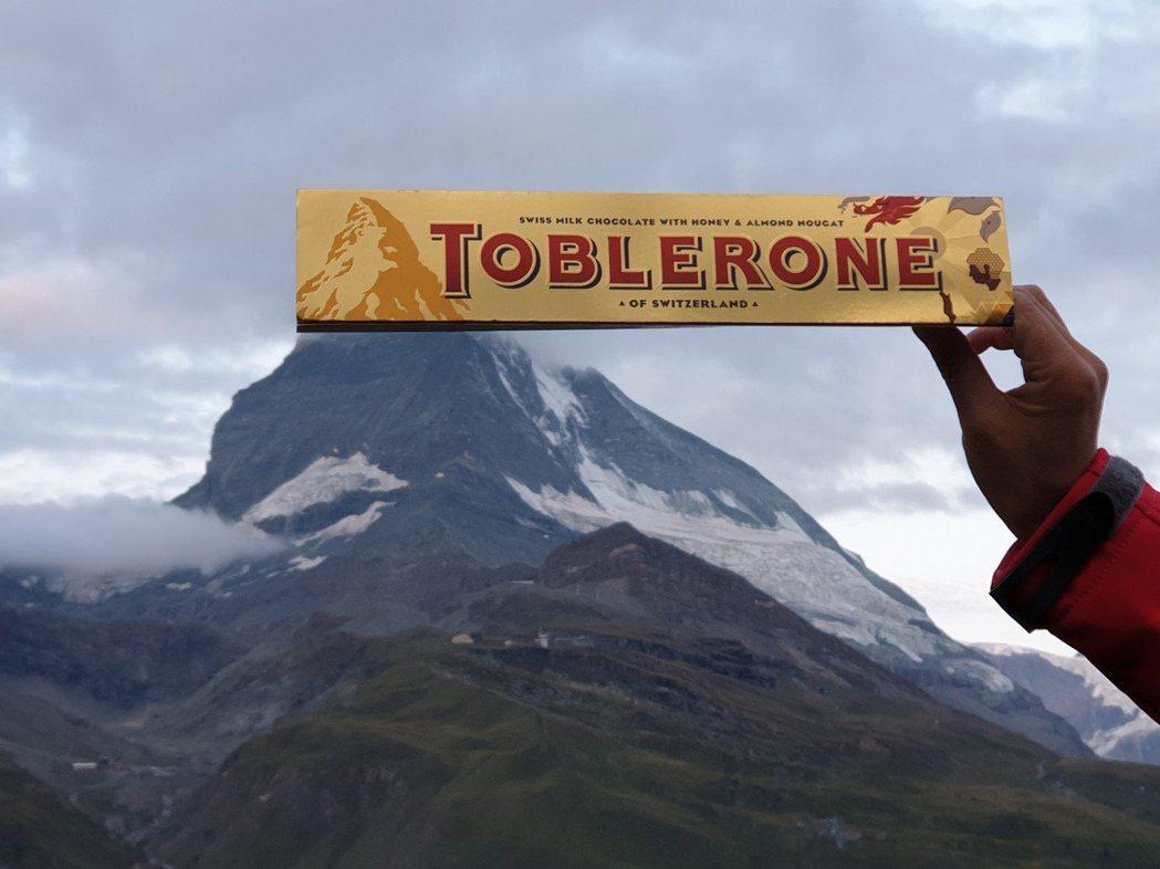 幫馬特洪峰與瑞士知名三角巧克力包裝上的山形標誌拍合體照,是遊客百玩不膩的梗。 圖...