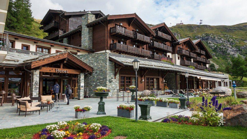 有百多年歷史的老旅館主建築在1998年起重建,於2001重新開幕,因此內部裝潢設...