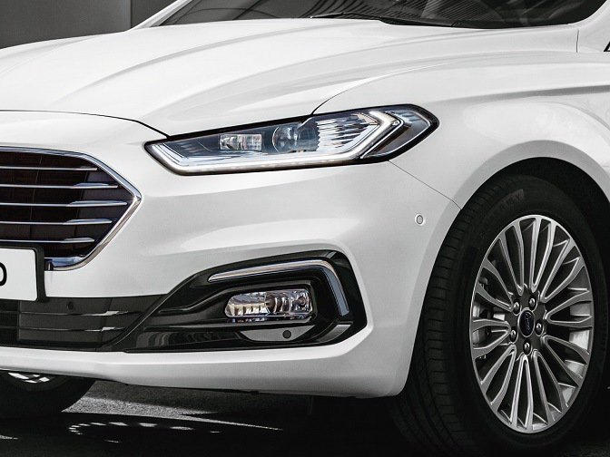 New Ford Mondeo珍藏型採Ford Dynamic智慧頭燈及18吋多...