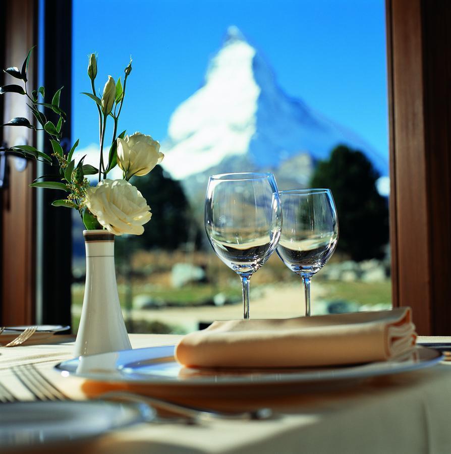 在主餐廳Restaurant Alexandre,可以窗外的馬特洪峰美景佐餐。 ...