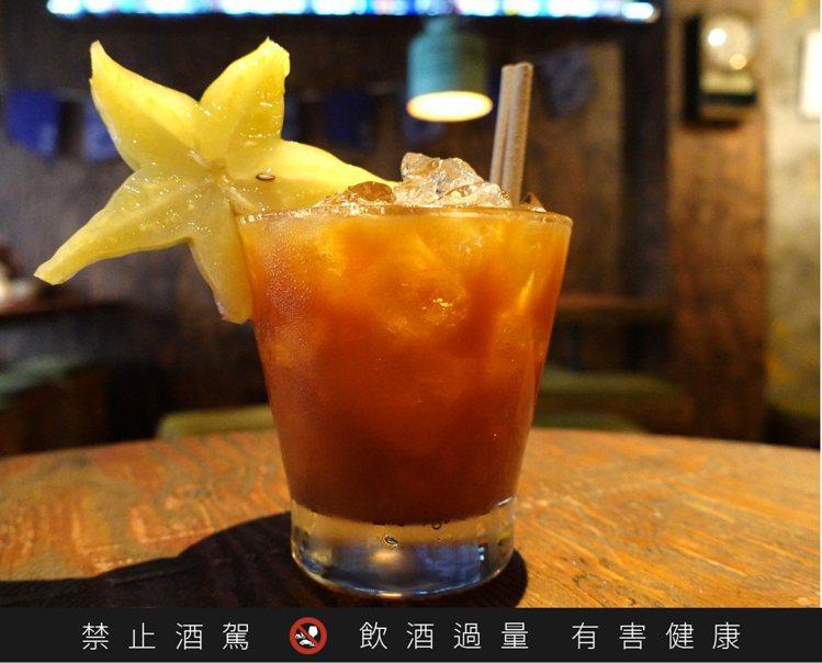 「猛呷楊桃冰」以日月潭紅玉搭配伏特加,並以鹹楊桃汁點綴。圖/渣男提供