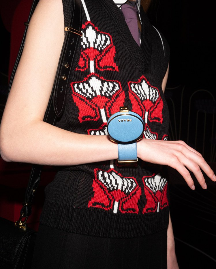 今年秋冬PRADA掀起「迷你珠寶盒」風潮,用小巧的硬殼盒子搭配手環、腰帶變成百搭...