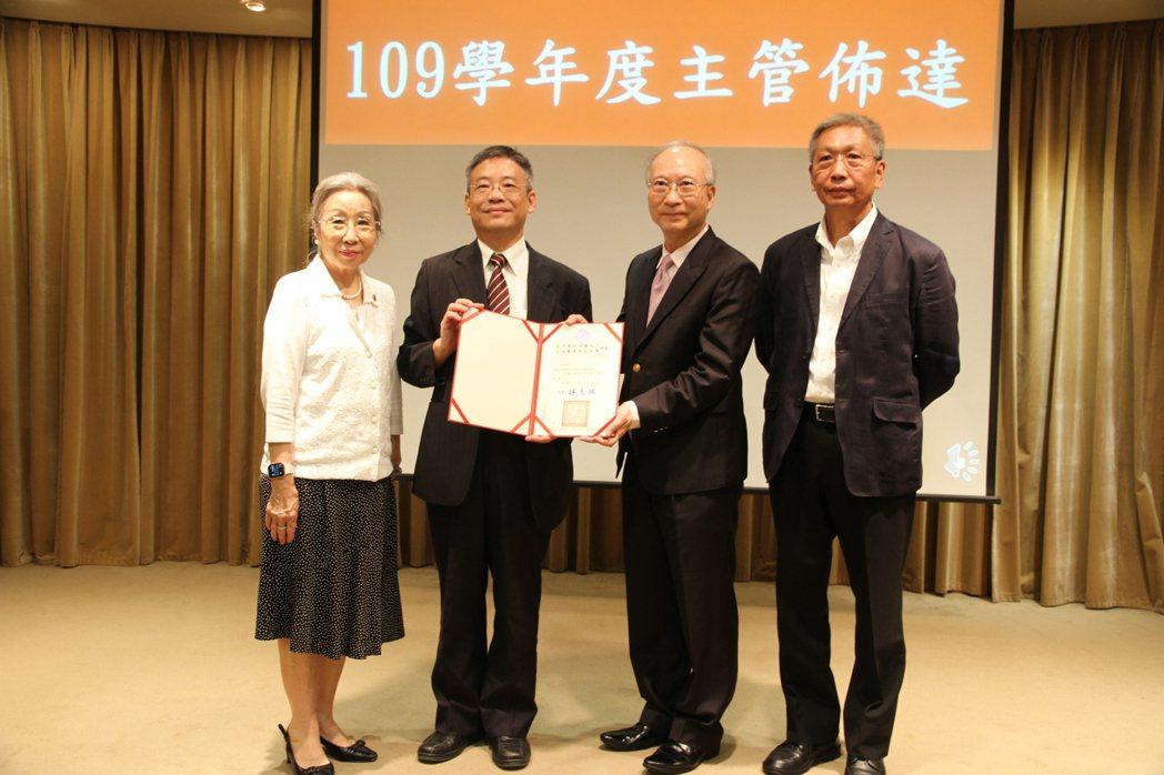 周宜宏教授(右二)從元培醫事科大校長校長林志城(左二)手中接過學術副校長聘書。 ...