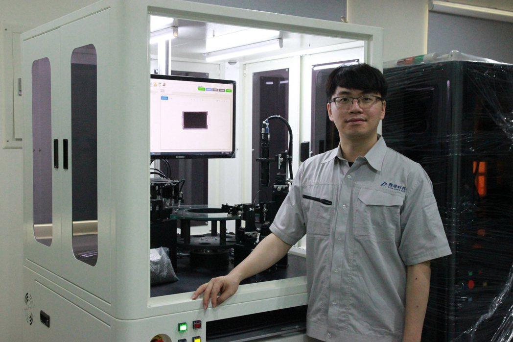 鼎宸科技總經理戴嘉輝展示所展出的小型電子元件高速光學篩選機。業者/提供