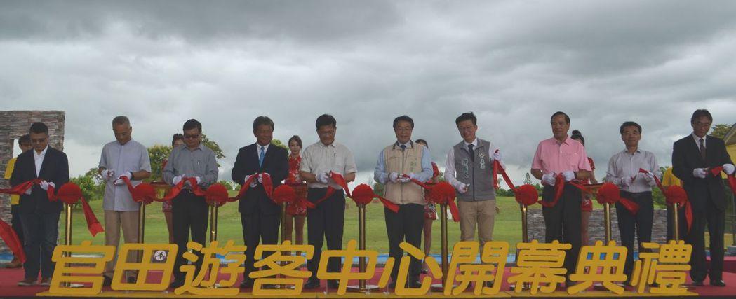 林佳龍部長(左五)與黃偉哲市長(右五)及多位貴賓為官田遊客中心開幕剪綵。  陳慧...