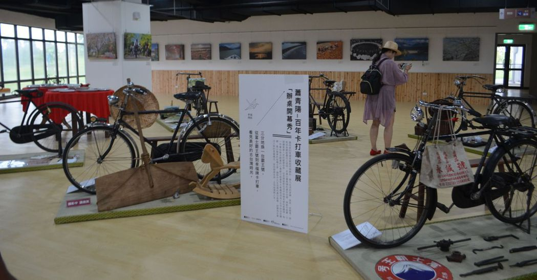 館內正推出蕭青陽「百年卡打車收藏展」。  陳慧明 攝影